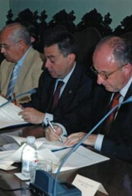 Fotografía firma del acuerdo Universidad de Granada como del Ilustre Colegio de Abogados de Granada
